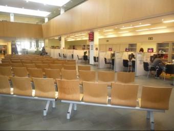 L'oficina d'atenció ciutadana de Badalona presentava ahir una imatge insòlita, amb escassos usuaris. S.M