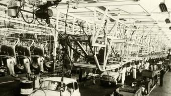 Cadena de muntatge de la fàbrica Seat a la zona franca de Barcelona als setanta.  ARXIU