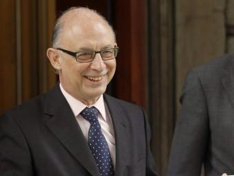 El ministre d'Hisenda, Cristóbal Montoro, amb els Pressupostos de l'Estat a la mà.  EFE
