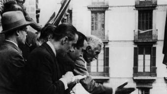 Macià al balcó del Palau.  EL PRESIDENT FRANCESC MACIÀ PROCLAMANT L'ESTAT CATALÀ EN UNA JORNADA HISTÒRICA PEL PAÍS. VIQUIPÈDIA