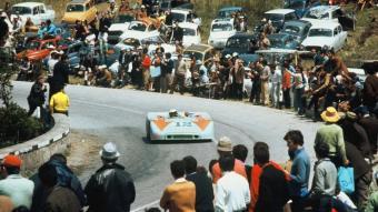 L'ambient de la Targa Florio queda perfectament expressat en aquesta foto de l'any 1970, en la qual es veu el Porsche 908/3 de Joseph Siffert i Brian Redman (al volant) passant entre la multitud. PORSCHE