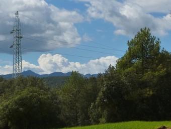 Una de les torres que s'han aixecat al terme de Serinyà. R. E
