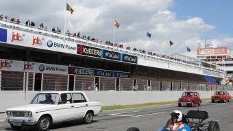 Els Seat, en formació al Circuit de Catalunya. Al davant de tots, un monoplaça amb motor del 1430. SEAT
