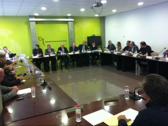Els alcaldes de la comarca de la Selva, en un moment de la reunió amb Carcolé. N. FORNS