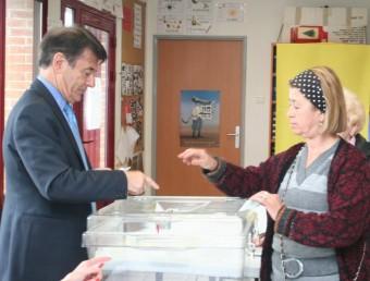 J.P. Alduy, president de Perpinyà Mediterrània i antic alcalde, fent de president de mesa electoral J.M.ARTOZOUL