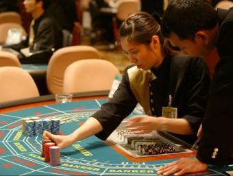 Crupiers en el casino del complex que Las Vegas Sand Corp. té a Macau  REUTERS