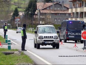Agents de la Policía Nacional vigilant ahir els vehicles al peu de la C-38, a Camprodon JORDI RIBOT / ICONNA