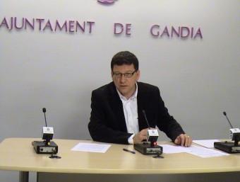 Facund Puig explica la posició del Bloc en conferència de premsa. EL PUNT AVUI