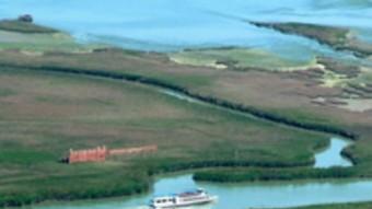 Petites embarcacions i creuers fluvials permeten conèixer el territori
