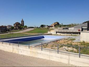 La nova piscina municipal en primer terme, al costat del pavelló polivalent J.N