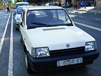 Un cotxe de més de vint anys aparcat al carrer a Barcelona.  JOSEP LOSADA
