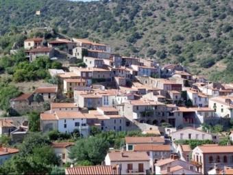 El poble de Rià, dominat per les restes del castell d'Arrià.