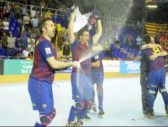 Borregán ruixa de cava els seus companys després del partit entre el Barça i el Calafell que va atorgar el títol matemàticament als blaugrana al Palau. JOSEP LOSADA