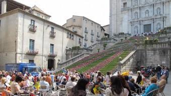 Turistes a la terrassa d'un bar, davant de la catedral de Girona J.N