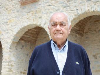 L'exalcalde de Foixà, Joaquim Figuerola, davant l'església. J.P