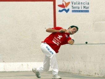 Rodrigo fa el dau durant la final de la passada Copa 2 al trinquet de Vilamarxant. FREDIESPORT