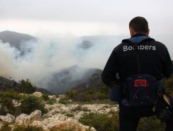 Una seixantena de dotacions terrestres van treballar ahir en l'extinció de l'incendi ACN