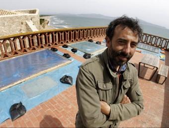 Xavier Escribà, al terrat de la Casa Forestal de Sant Martí d'Empúries, que ha convertit en el seu taller, envoltat de cel, mar i pintura LLUÍS SERRAT