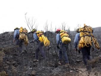 Un grup bombers puja cap al Morral de Cabra Feixet aquest dijous durant les tasques d'extinció del foc que ha assolat les Terres de l'Ebre ANC