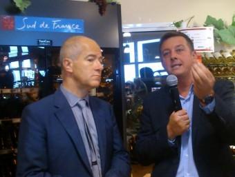 Christian Bourquin escoltant les explicacions de Xavier Danjou, responsable de la primera botiga Sud de France a Perpinyà A,R