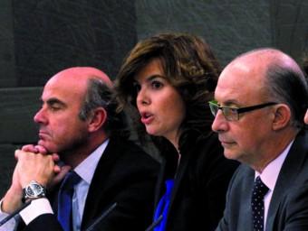 Les cares visibles de les accions del govern espanyol, d'esquerra a dreta, el ministre d'Economia, la vicepresidenta Sáez de Santamaria, el ministre d'Hisenda i la ministra de Treball.  REUTERS