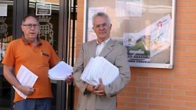 Els dos regidors socialistes a les portes del Centre Cívic. CEDIDA