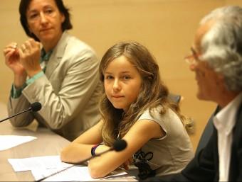 Berta Martín acompanyada de la diputada Imma Colom i del representant d'Aldees Infantils, ahir a la Diputació. M.LLADÓ