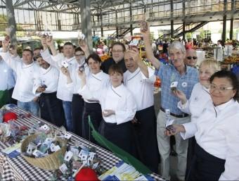 Els xefs de La Cuina del Vent van repartir bossetes de cireres de l'Empordà al mercat de Figueres. LLUIS SERRAT