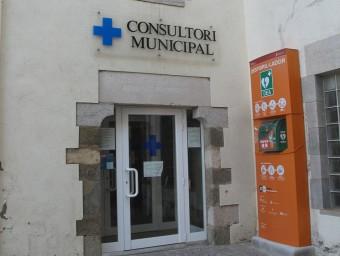 El consultori mèdic d'Aiguaviva està a la part posterior de l'edifici de l'Ajuntament J.N