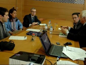 Mura i Serarols, amb l'alcalde i el regidor de Turisme, a la dreta, a la reunió. EL PUNT AVUI
