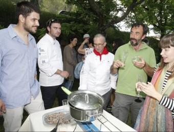 Un moment de l'acte d'ahir a Terrades on el xefs de la Cuina del Vent van promocionar la cirera. LLUÍS SERRAT