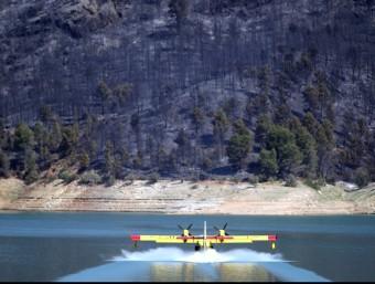 Un hidroavió carrega aigua a l'embassament de Benaixeve. EFE/KAI FÖRSTERLING