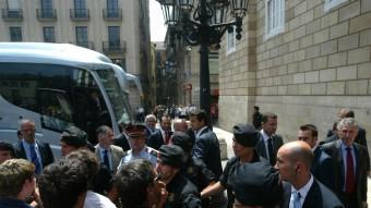 A dalt, Bauzà (amb corbata vermella) increpat a Barcelona. A sota, detenció a Bunyola Q.P./ EL PUNT AVUI