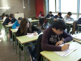 Estudiants de l'institut Salvador Espriu de Barcelona fent la prova d'avaluació de competències bàsiques de quart d'ESO JOSEP LOSADA