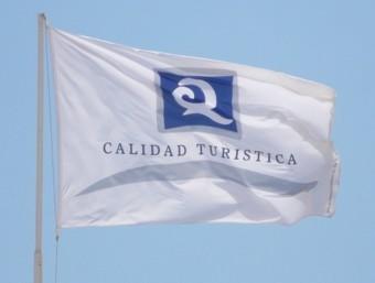 Bandera que marca la Qualitat de l'indret d ela costa. EL PUNT AVUI