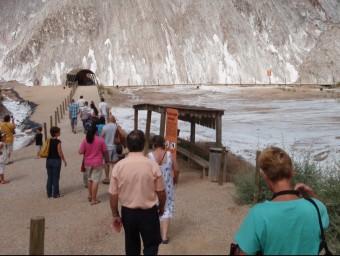 Turistes entrant a la muntanya de sal, a Cardona J.R