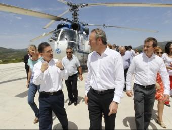 El president de la Generalitat, Alberto Fabra, el conseller de Governació, Serafín Castellano i el vicepresident Ciscar en un helicòpter que actua contra els incendis, durant la setmana passada. EL PUNT AVUI
