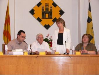 El secretari Tomàs Soler, a l'esquerra de la imatge, el dia que ara fa cinc anys Ruth Rosique, a peu dret, va prendre possessió del càrrec d'alcaldessa de Vidreres. ANNA PUIG