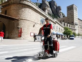Jordi Blancafort es desplaça amb un vehicle elèctric medicalitzat pels voltants del santuari de Montserrat ORIOL DURAN