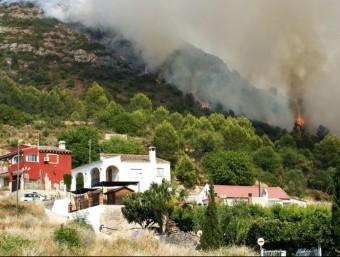 L'incendi ha obligat a desallotjar a centenars de persones. AGÈNCIES