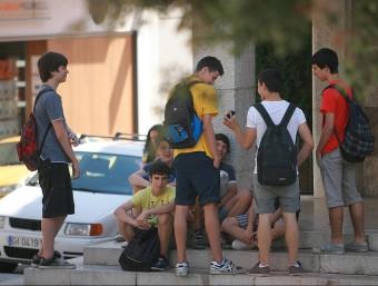 Alumnes a la sortida de l'Institut Ramon Muntaner de Figueres, en una imatge d'arxiu. MANEL LLADÓ