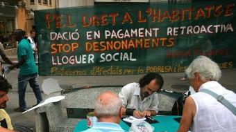Afectats per les hipoteques, en una protesta a Figueres. MANEL LLADÓ