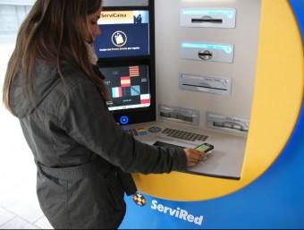El impositors de La Caixa demanen fer créixer la capacitat de servei dels caixers automàtics  ARXIU