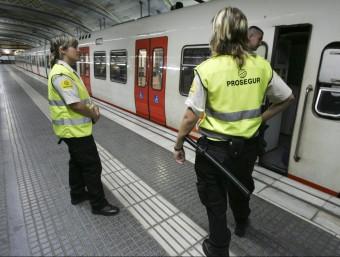Agents de seguretat privada a l'estació central de Ferrocarrils de la Generalitat situada a la plaça de Catalunya de Barcelona ROBERT RAMOS