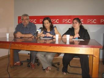 L'exalcaldessa de Salt, Iolanda Pineda, al centre, al costat de Mingo Álvarez i Soumaya Waez, ahir al matí a la seu dels socialistes saltencs. J.F