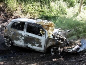 El cotxe incendiat, en estimbar-se contra un arbre a la riera de Vallromanes LLUÍS VILARÓ/ ACN