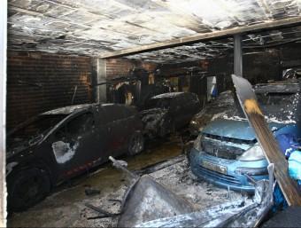 Els cotxes que eren aparcats al garatge de Vidreres cremat van quedar ben malmesos. LLUÍS SERRAT
