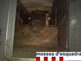 Una de les retroexcavadores tal i com la van veure els Mossos quan van obrir el remolc del camió. MOSSOS D'ESQUADRA