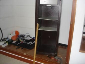 La caixa rebentada i el mall, en dos trossos, que van fer servir els lladres. TURA SOLER