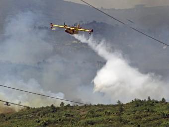 Un hidroavió descarrega aigua a l'incendi de Cortes de Pallars, a Iàtova MANUEL BRUQUE / EFE